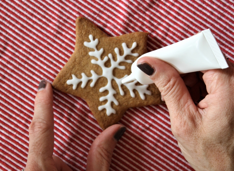 Decorating gingerbread biscuits with white icing